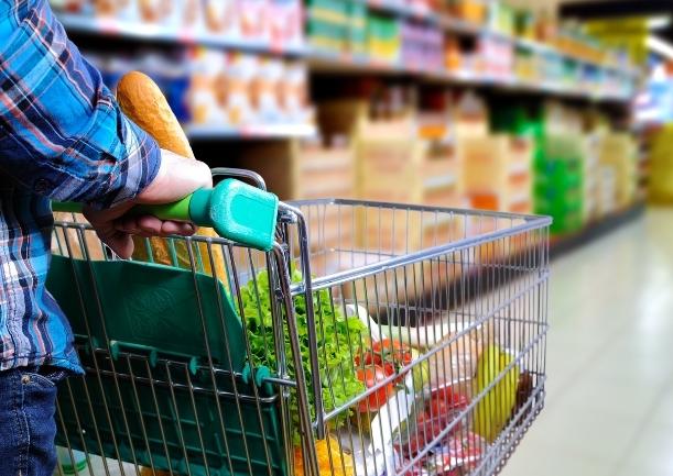 Koszyk zakupowy z artykułami spożywczymi