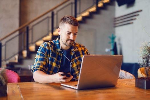 Developer pracujący na laptopie